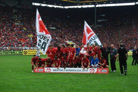 Die Roten Teufel feiern den Aufstieg in die erste Bundesliga 2010.