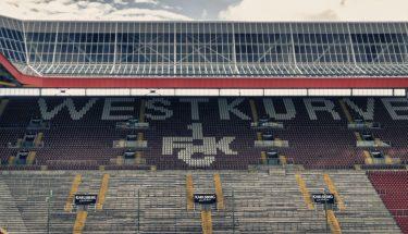 Blick auf die Karlsberg Westtribüne im Fritz-Walter-Stadion