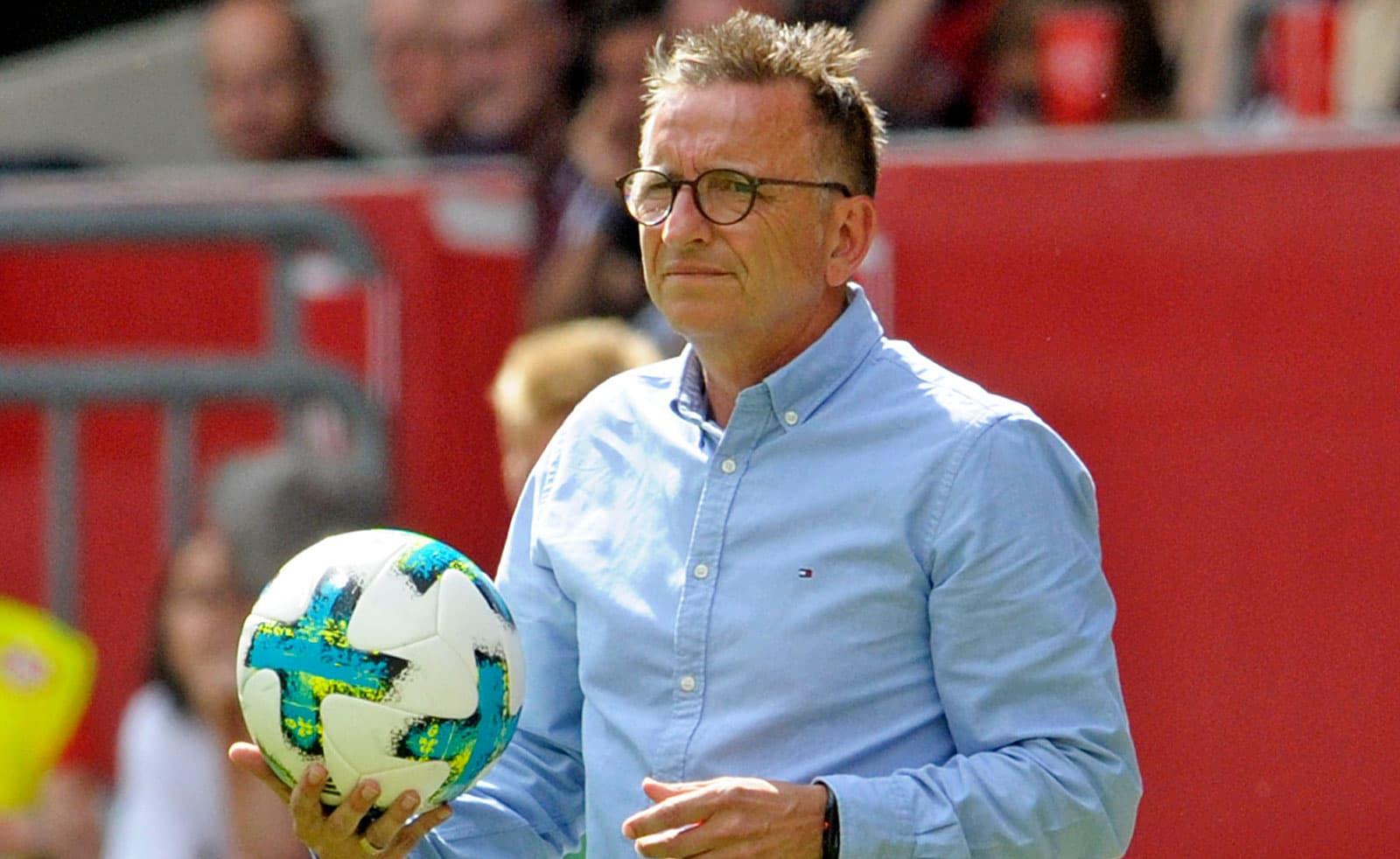 FCK-Cheftrainer Norbert Meier mit dem Spielball in der Hand