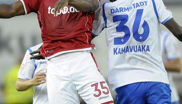 Osayamen Osawe im Kopfballduell gegen Darmstadts Kamavuaka