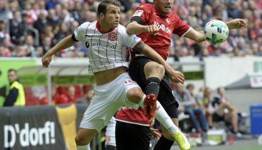 Benjamin Kessel im Zweikampf mit Lukas Schmitz, 19. August 2017, beim Auswärtsspiel in Düsseldorf