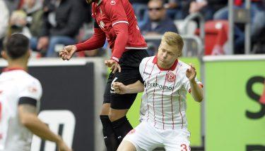 Leon Guwara gewinnt das Kopfballduell gegen Jean Zimmer, 19. August 2017, beim Auswärtsspiel in Düsseldorf