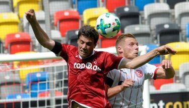 Benjamin Kessel im Kopfballduell mit Rouven Hennings, 19. August 2017, beim Auswärtsspiel in Düsseldorf