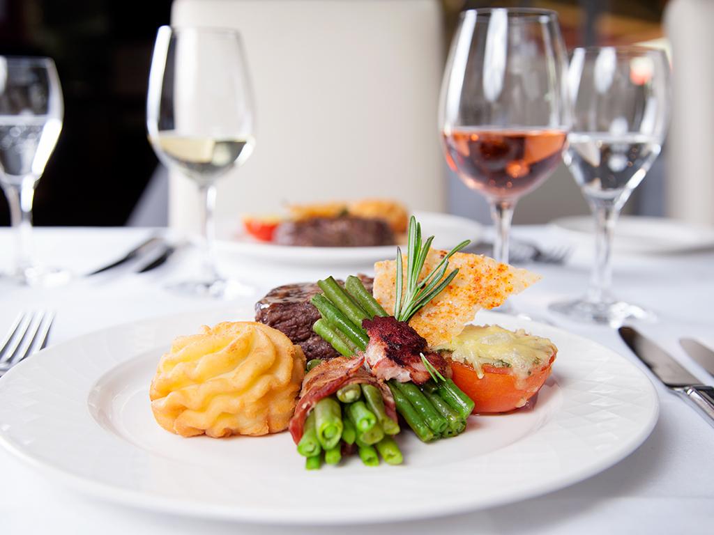 Teller mit Speisen aus der FCK-Gastronomie im VIP-Bereich
