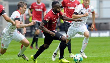 Osayamen Osawe im Laufduell beim Auswärtsspiel in Düsseldorf