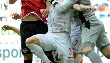 Stipe Vucur im Luftzweikampf beim Auswärtsspiel in Düsseldorf, Rensing faustet den Ball weg