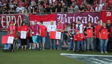 Vertreter von FCK-Fanclubs bei der Ehrung zum Jubiläum im Stadion