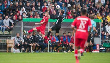 Benjamin Kessel im Kopfballduell beim DFB-Pokalspiel gegen den SV Eichede, 12. August 2017