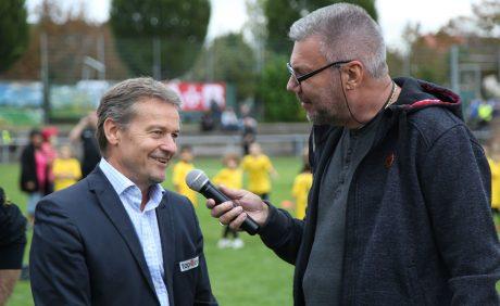 FCK-Vorstandsvorsitzender Thomas Gries im Gespräch mit Horst Schömbs beim Benefizspiel in Oppau, 31. August 2017