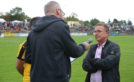 FCK_Cheftrainer Norbert Meier im Gespräch mit Horst Schömbs beim Benefizspiel in Oppau, 31. August 2017