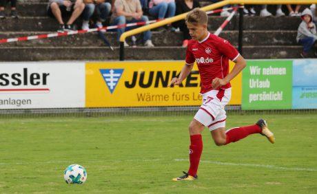 Nicklas Shipnoski mit Ball in der Vorwärtsbewegung beim Benefizspiel in Oppau, 31. August 2017