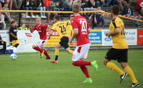 Nils Seufert mit dem Ball in der Vorwärtsbewegung beim Benefizspiel in Oppau, 31. August 2017