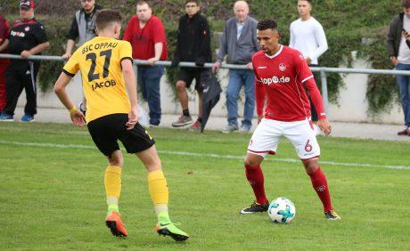 Leon Guwara im Duell mit seinem Gegenspieler beim Benefizspiel in Oppau, 31. August 2017