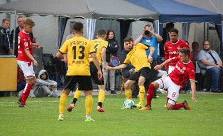 Gino Fechner kämpft um den Ball beim Benefizspiel in Oppau, 31. August 2017