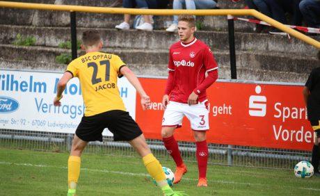FCK-Neuzugang Joel Abu Hanna am Ball beim Benefizspiel in Oppau, 31. August 2017