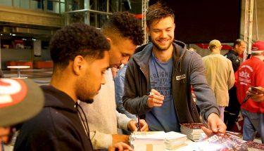 Phillipp Mwene, Leon Guwara und Lukas Spalvis schreiben Autogramme