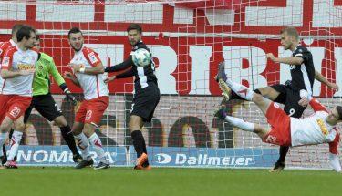Sebastian Stolze trifft im Spiel in Regensburg zum 3:1-Endstand
