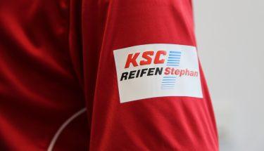 Das Logo von KSC Reifen Stephan auf dem Ärmel des FCK-Trikots