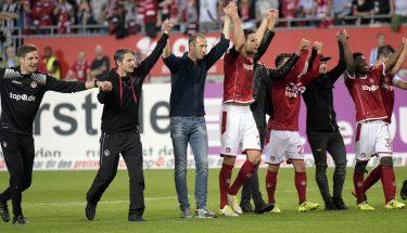 Spieler und Trainer feiern mit den Fans