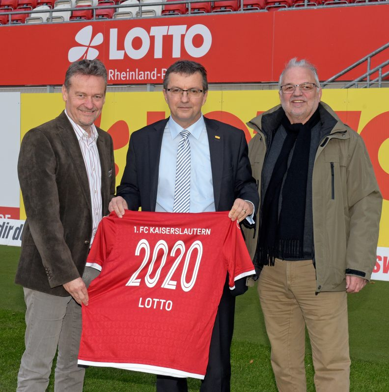 Der FCK-Vorstandsvorsitzende Thomas Gries, der Geschäftsführer von Lotto Rheinland-Pfalz, Jürgen Häfner, und Lotto-Aufsichtsrat Hartmut Emrich bei der Verlängerung des Sponsoringvertrags