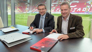 Der FCK-Vorstandsvorsitzende Thomas Gries und der Geschäftsführer von Lotto Rheinland-Pfalz, Jürgen Häfner bei der Verlängerung des Sponsoringvertrags