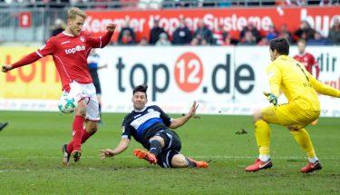 Sebastian Andersson beim Schussversuch im Spiel gegen Bielefeld.