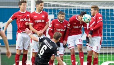 Freistoßmauer der FCK-Spieler im Spiel gegen Bielefeld.
