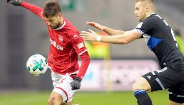 Lukas Spalvis im Zweikampf im Spiel gegen Bielefeld.