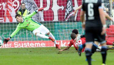 Marius Müller pariert einen Schuss im Spiel gegen Bielefeld.