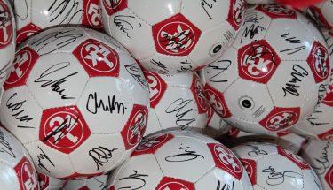 signierte FCK-Fußbälle