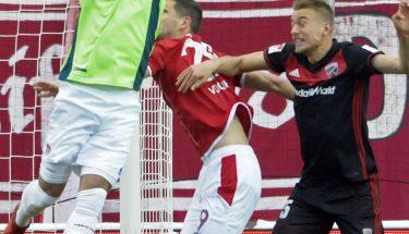 Marius Müller faustet den Ball weg, Spiel gegen Ingolstadt