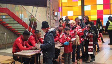 Autogrammstunde bei der Fan-Weihnachtsfeier