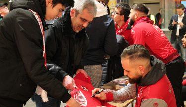 Giuliano Modica signiert ein Trikot
