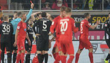 Lukas Spalvis sieht im Spiel gegen Heidenheim die Rote Karte.