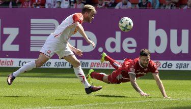 Flugkopfball von Lukas Spalvis im Spiel gegen den SSV Jahn Regensburg