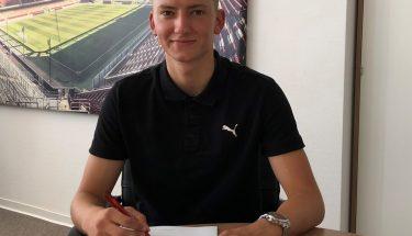Constantin Fath unterschreibt seinen ersten Profivertrag beim FCK