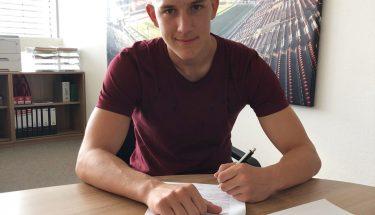 Lorenz Otto unterschreibt seinen ersten Profivertrag beim FCK