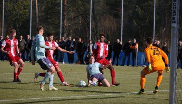 Daniel Blum, David Kajinic und Phinees Bonianga im Spiel der U19 gegen Bayern München