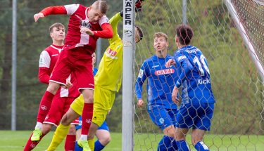 Kopfballchance von Jannis Held im Spiel der U19 gegen die Stuttgarter Kickers