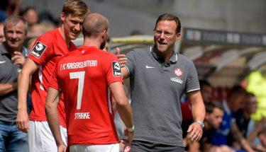 FCK-Cheftrainer Sascha Hildmann gibt Manfred Starke letzte Anweisungen vor dem Spiel gegen die SpVgg Unterhaching