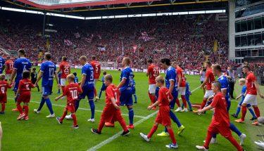 Einlauf der Mannschaften beim Heimspiel gegen die SpVgg Unterhaching