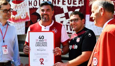 Der FCK-Fanclub Weingarten wird für das 40-jährige Bestehen des Fanclubs geehrt