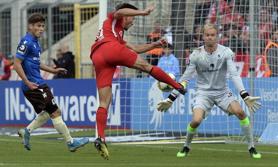 Simon Skarlatidis beim Torschuss im Auswärtsspiel beim TSV 1860 München