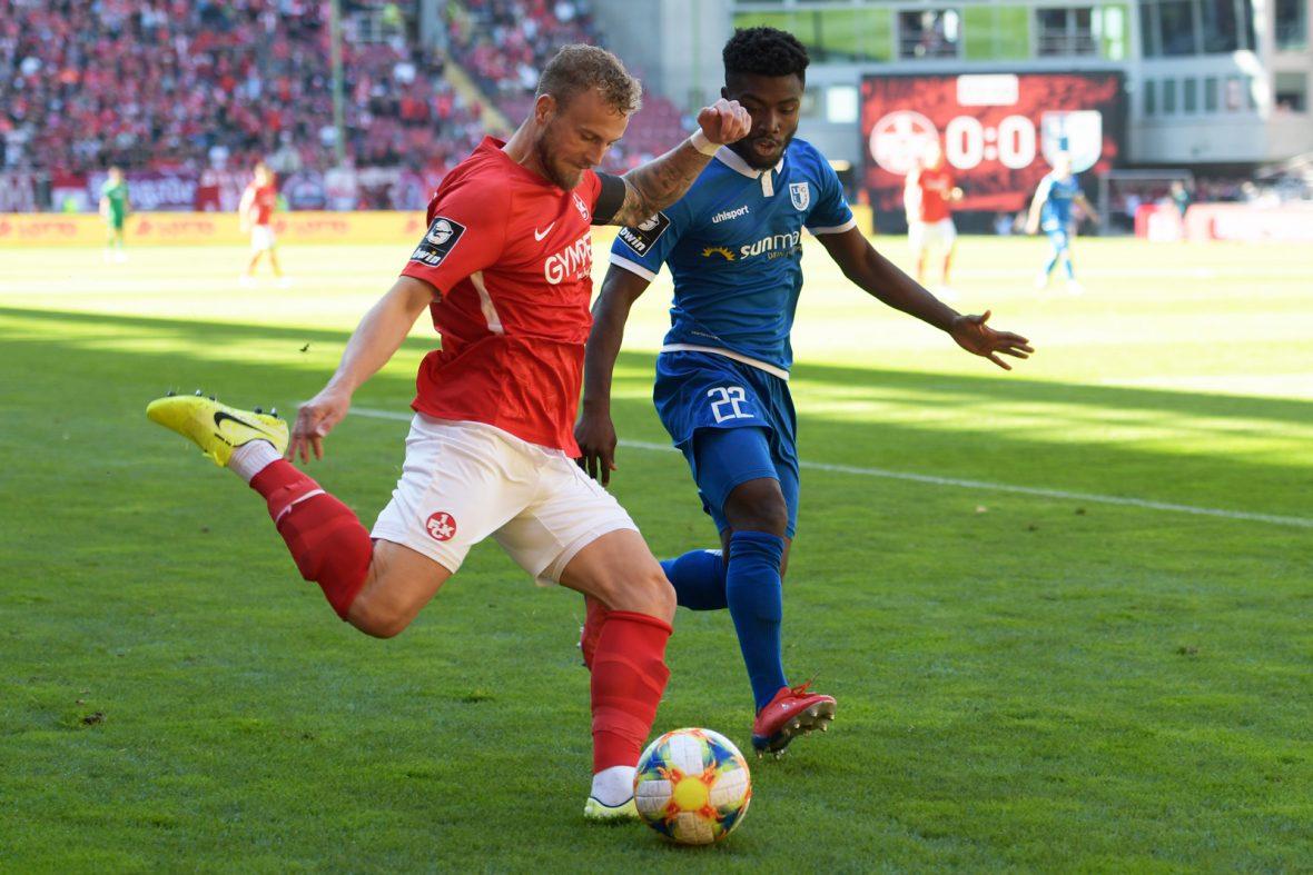 Christoph Hemlein im Zweikampf mit Manni Osei Kwadwo im Heimspiel des FCK gegen Magdeburg