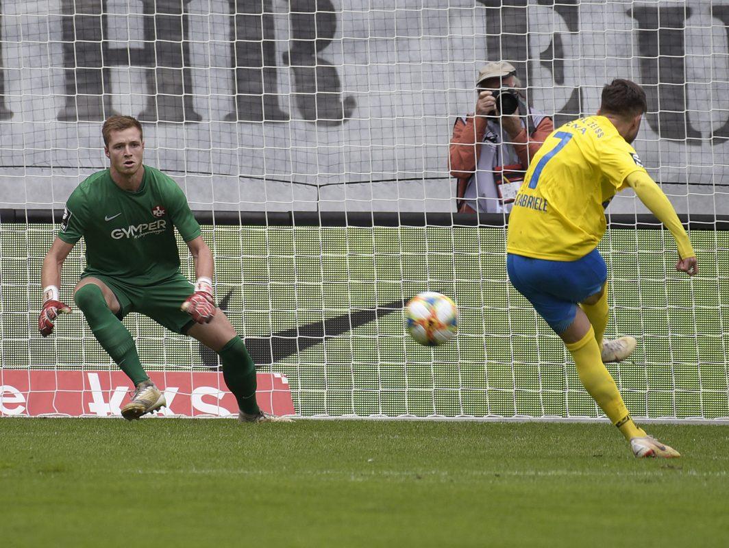 Daniele Gabriele (Jena) verwandelt einen Elfmeter gegen Lennart Grill