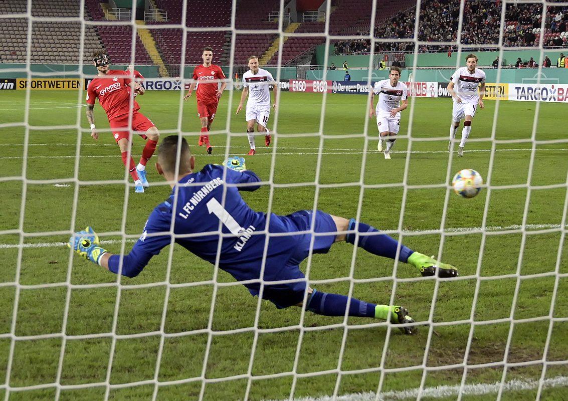 Timmy Thiele erzielt im Pokalspiel gegen Nürnberg das 1:0 vom Elfmeterpunkt