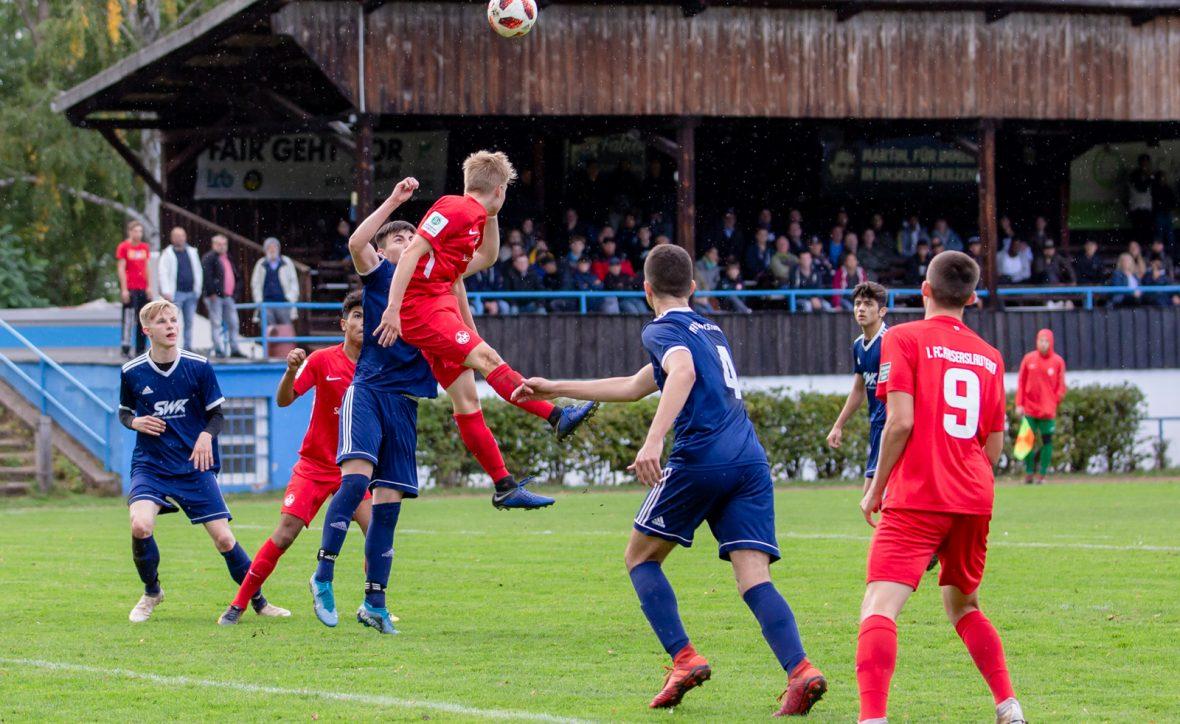 Moritz Theobald im Kopfballduell im Spiel der U19 beim VfR Kaiserslautern