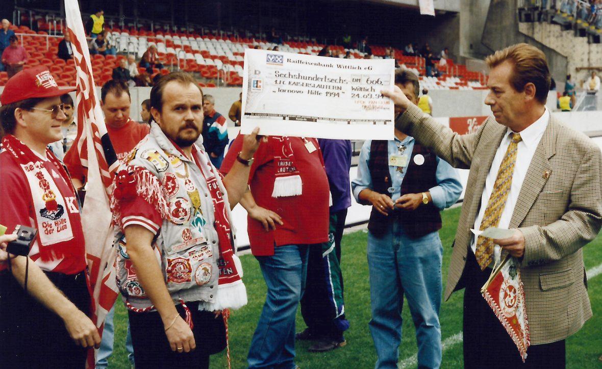 Eine Scheckübergabe zur Tarnovo-Hilfe im Jahr 1994