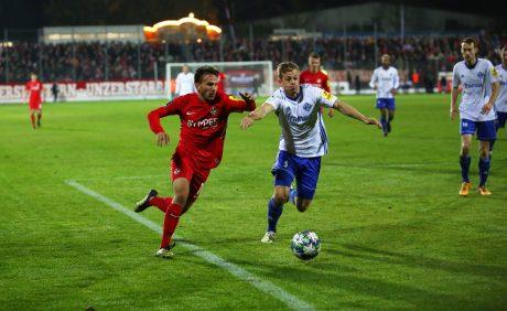 Simon Skarlatidis im Zweikampf mit Lars Oeßweinim Verbandspokalspiel beim FK Pirmasens