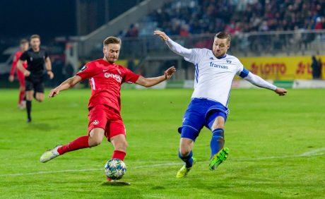 Lucas Röser im Zweikampf mit Marco Steil im Verbandspokalspiel beim FK Pirmasens